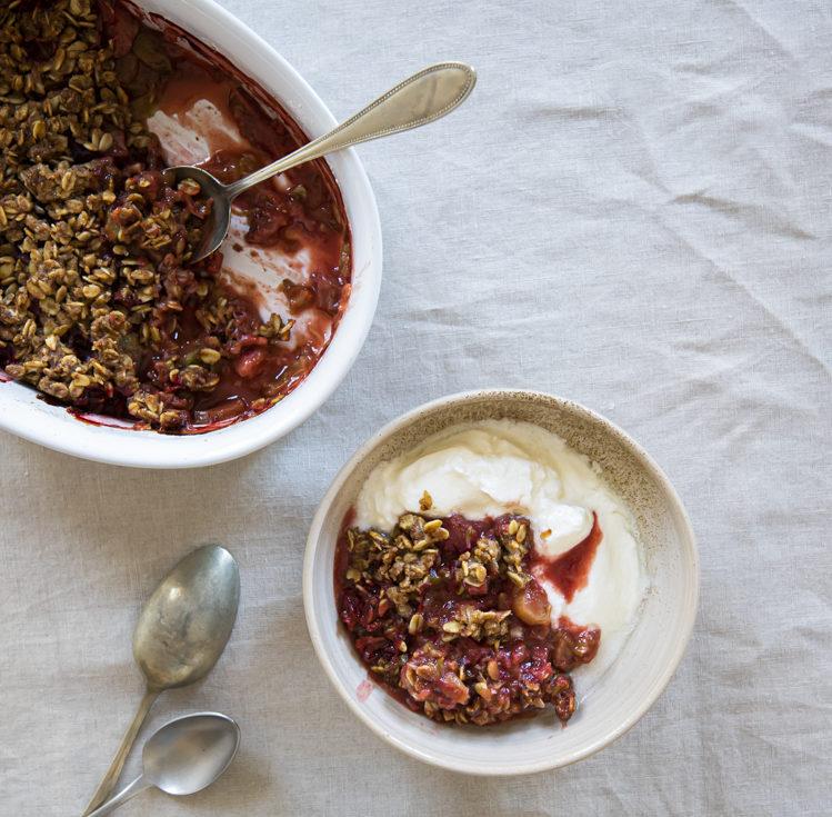 Crumble: Křupavý dezert s rebarborou a jahodami
