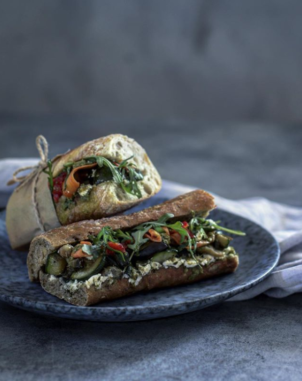Bagety s grilovanou zeleninou, pestem a sýrem feta