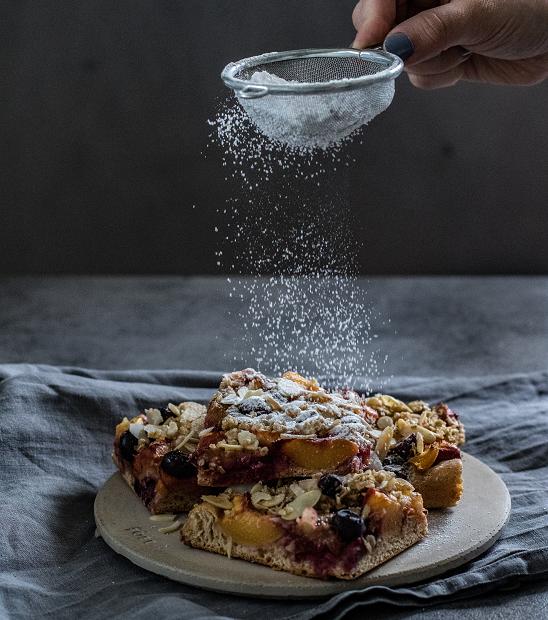 Kynutý koláč s drobenkou z ovesných vloček a mandlí