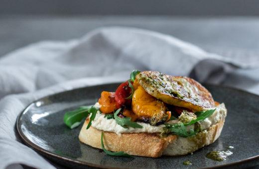Kváskový chléb s grilovaným halloumi sýrem, spálenými paprikami a hummusem