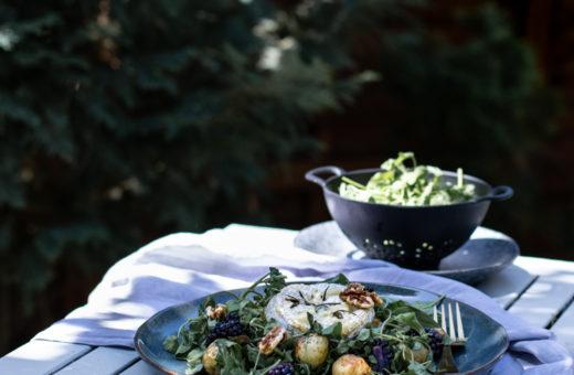 Salát s grilovaným camembertem a bramborami, ostružinami a vlašskými ořechy