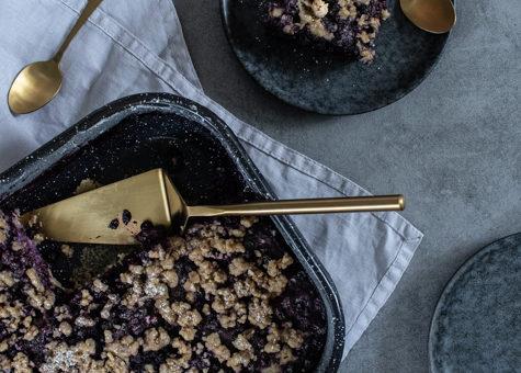 Drobenkový koláč s borůvkami z kefírového těsta