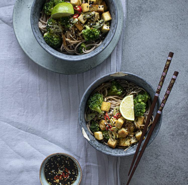 Soba nudle s tofu a brokolicí