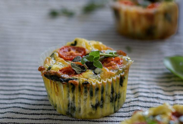 Svačinové muffiny se špenátem a rajčátky